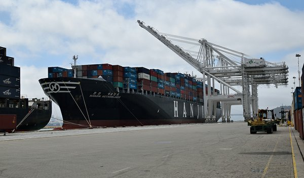 A Hanjin ship docks at the Port of Oakland before the company filed for bankruptcy