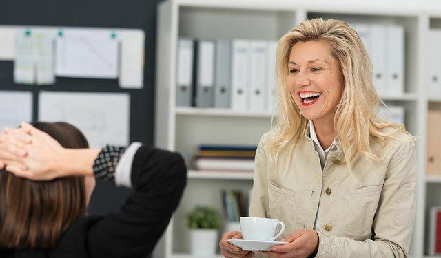 zwei kolleginnen unterhalten sich in der kaffeepause